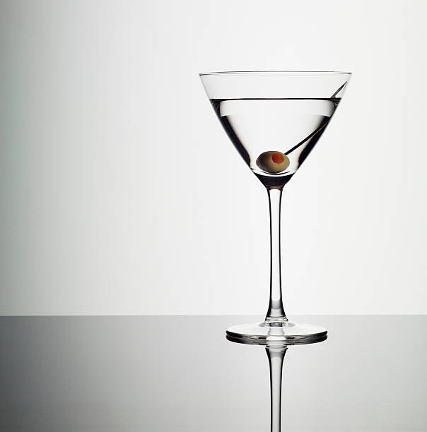 Martini in glass with green olive:スマホ壁紙(壁紙.com)