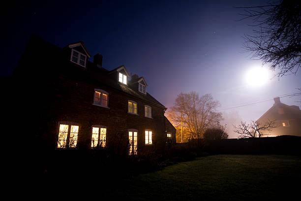 House at night:スマホ壁紙(壁紙.com)