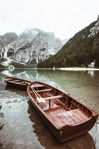 雲「木製ボートの braies 湖」:スマホ壁紙(19)