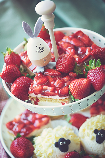 Baby Rabbit「Table laid for Easter with coffee and cake」:スマホ壁紙(16)