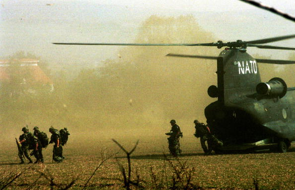 CH-47 Chinook「NATO Sets Up Arms Collection Points in Macedonia」:写真・画像(9)[壁紙.com]