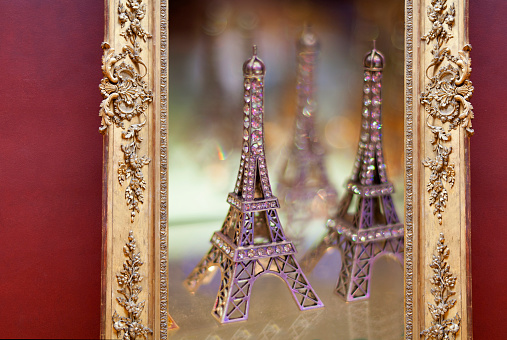 Gift Shop「Small tourist souvenir Eiffel towers for sale.」:スマホ壁紙(2)