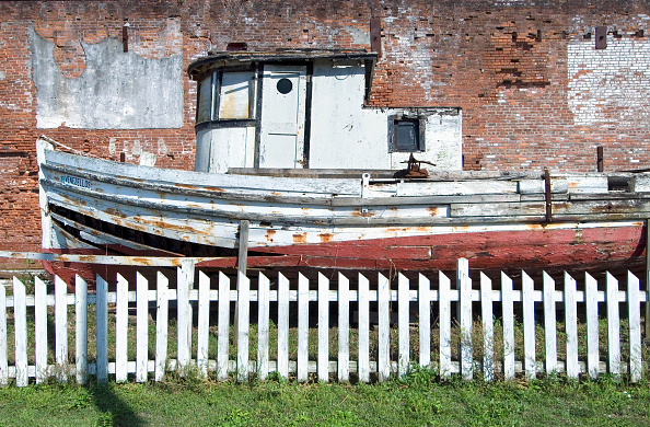Brick Wall「The Venezellos, an old fishing boat, on display in downtown Apalachicola, Florida, USA」:写真・画像(1)[壁紙.com]