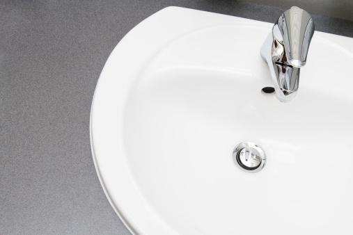 スイセン「すっきりとしたモダンなバスルームの洗面台」:スマホ壁紙(9)
