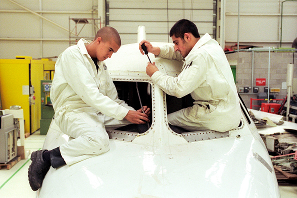 Engineering「British Airways aircraft maintenance trainees working on a Hawker Siddley 125 jet, Barry College, Vale of Glamorgan, South Wales」:写真・画像(10)[壁紙.com]