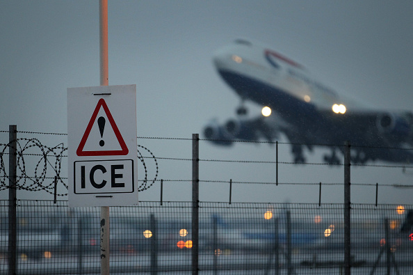 Heathrow Airport「Snow And Ice Continue To Cause Travel Chaos Throughout The UK」:写真・画像(17)[壁紙.com]