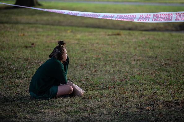 座る「Christchurch Mourns After Worst Mass Shooting In New Zealand's History」:写真・画像(5)[壁紙.com]