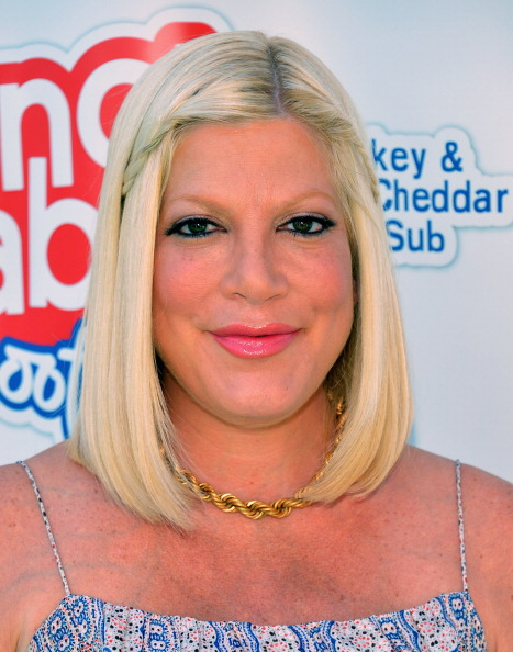 Gold Chain Necklace「Tori Spelling And Liam McDermott Join The Lunchables Team And Club Kids To Build A Sport Court」:写真・画像(14)[壁紙.com]