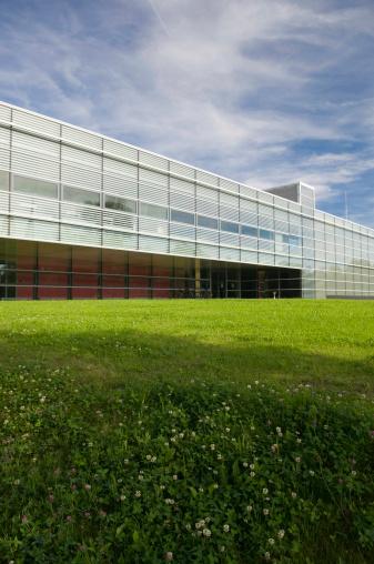 Postmodern「Modern Architecture on green Meadow II」:スマホ壁紙(19)