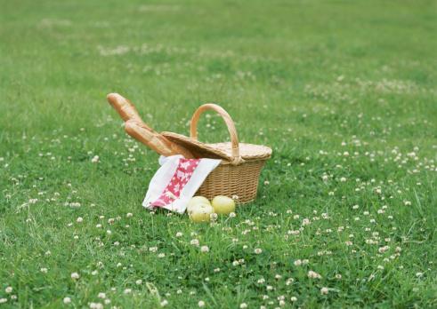 趣味・暮らし「Basket with bread in field」:スマホ壁紙(13)