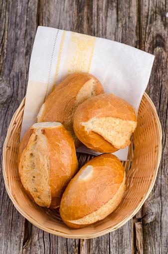 Bun - Bread「Basket with four wheat rolls and a napkin on wood」:スマホ壁紙(19)