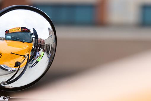 High School Student「Side mirror on school bus」:スマホ壁紙(14)