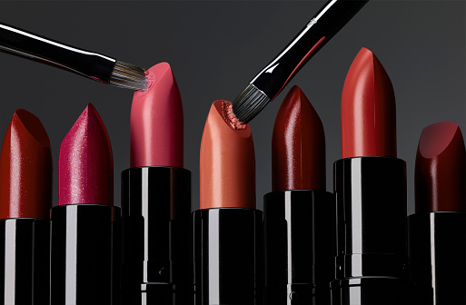 Girly「Lipsticks in line with 2 brushes scraping」:スマホ壁紙(18)