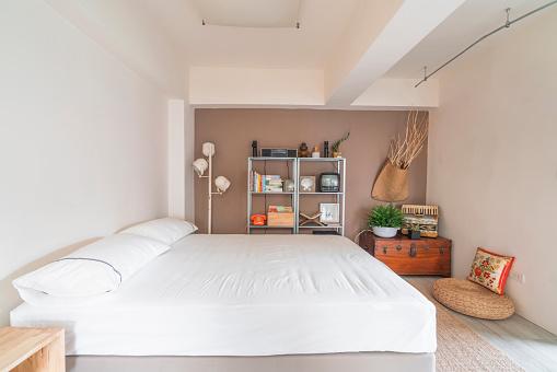 Motel「Open space interior with a bedroom corner」:スマホ壁紙(18)
