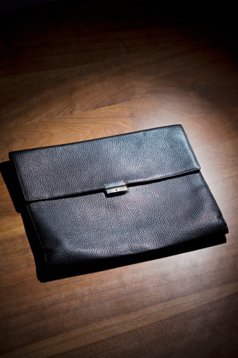 Briefcase「Germany, Leather briefcase on wooden desktop, close up」:スマホ壁紙(9)