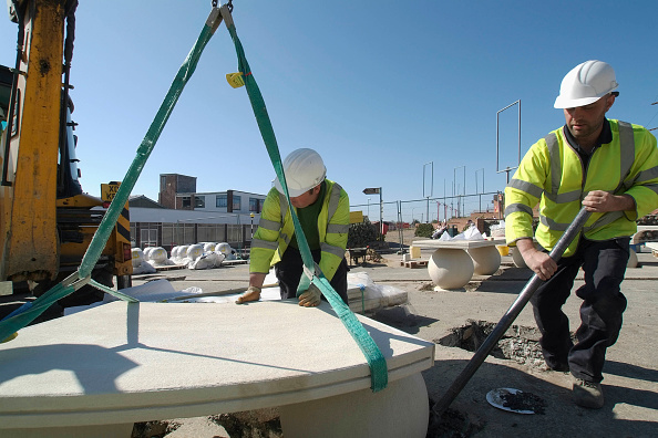Mobile Crane「Outdoors stone seating being placed into correct area by workmen using mobile crane, Mablethorpe, Lincolnshire, UK」:写真・画像(9)[壁紙.com]