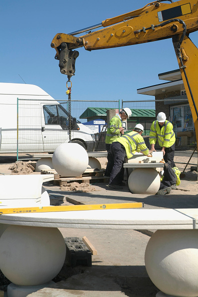 Bench「Outdoors stone seating being placed into correct area by mobile crane, Mablethorpe, Lincolnshire, UK」:写真・画像(7)[壁紙.com]