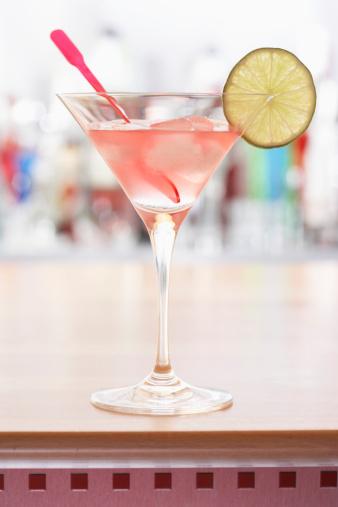 カクテル「Pink cocktail on bar」:スマホ壁紙(4)