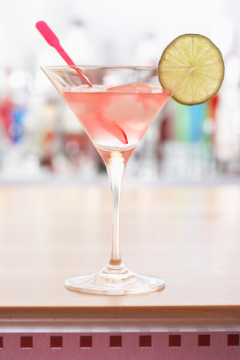 Cocktail「Pink cocktail on bar」:スマホ壁紙(3)