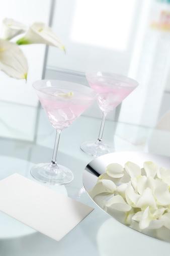 カクテル「Pink cocktail drinks with ice cubes on glass table」:スマホ壁紙(8)