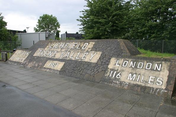Ornate「The ornate milepost at Lichfield Trent Valley station」:写真・画像(16)[壁紙.com]