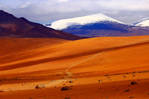 Antofagasta Region「Country dirt road to Impressive Bolivian Andes altiplano and Idyllic Atacama Desert, Volcanic landscape panorama – Potosi region, Bolivian Andes, Chile, Bolívia and Argentina border」:スマホ壁紙(14)