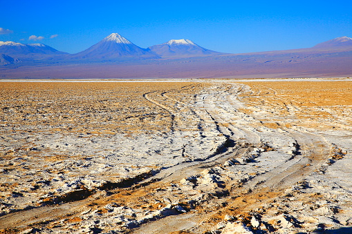 Puna「Country dirt road to Impressive Chilean Andes altiplano - Licancabur volcano,  barren steppe and Idyllic Atacama Desert, Volcanic landscape panorama – Antofagasta region, Andes highlands, Chile, Bolívia and Argentina border」:スマホ壁紙(8)