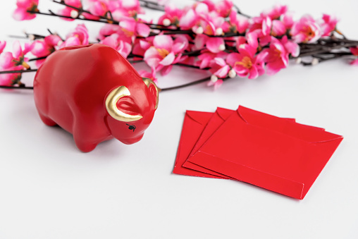 Red Bull「Chinese Lunar New Year Concept with Red Bull, Red Packet, Red Angpow Packet. White Background.」:スマホ壁紙(11)