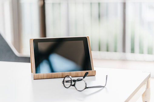 Portability「Tablet and glasses on table」:スマホ壁紙(0)