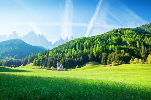 Austria「Alpen Landscape - Green field, Village Val di Funes Villnöss and Mountains」:スマホ壁紙(10)