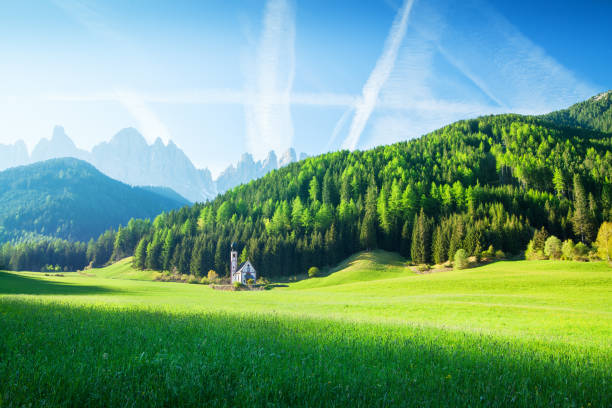 Alpen Landscape - Green field, Village Val di Funes Villnöss and Mountains:スマホ壁紙(壁紙.com)
