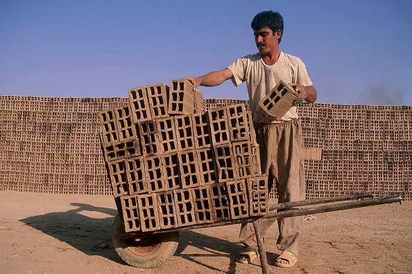 2002「Stacking handmade bricks. Esfahan, Iran.」:写真・画像(11)[壁紙.com]