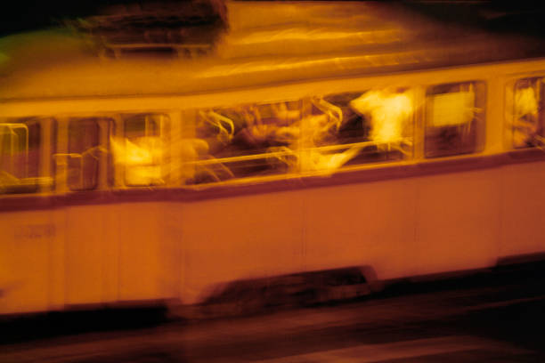 Trolley passing by in a rush:スマホ壁紙(壁紙.com)