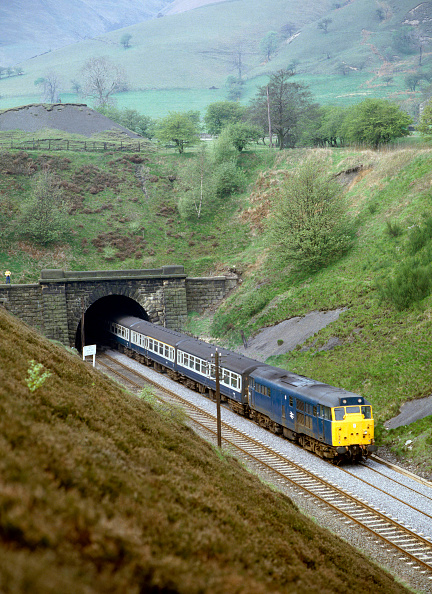 Valley「Hope Valley. No.31.188 leaves Cowburn Tunnel with the 10:41 ex Manchester for Sheffield. 18.05.1985.」:写真・画像(16)[壁紙.com]