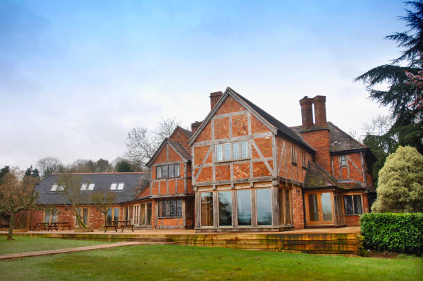 A large timber framed home with red bricks laid partly in the herringbone style, UK:ニュース(壁紙.com)