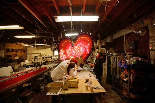 Matthew Lloyd「Workers Make And Renovate Neon Signs」:写真・画像(8)[壁紙.com]