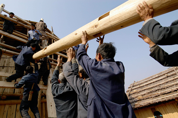 Community「Workers erecting a traditional timber house in traditional design of Dong ethnic minority people in Guangxi Province in China」:写真・画像(19)[壁紙.com]