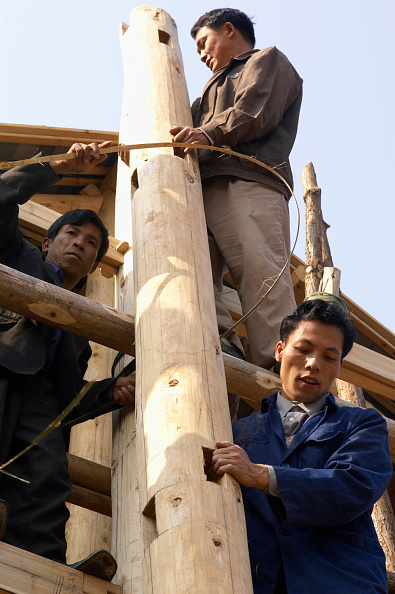 Threading「Workers erecting a traditional timber house in traditional design of Dong ethnic minority people in Guangxi Province in China」:写真・画像(4)[壁紙.com]