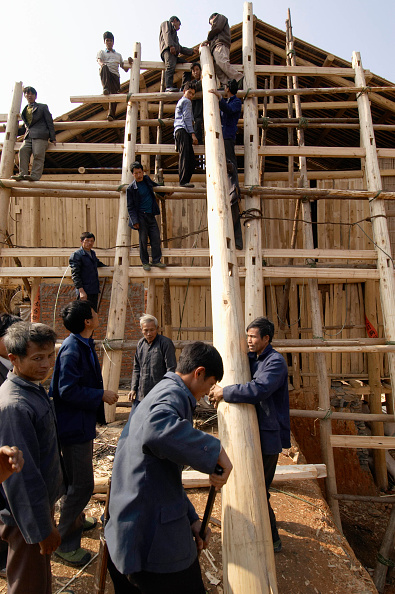 Frame - Border「Workers erecting a traditional timber house in traditional design of Dong ethnic minority people in Guangxi Province in China」:写真・画像(3)[壁紙.com]