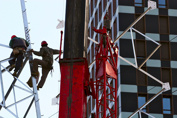 Industrial Equipment「Workers erecting a power transmission pylon in Beijing.」:写真・画像(15)[壁紙.com]