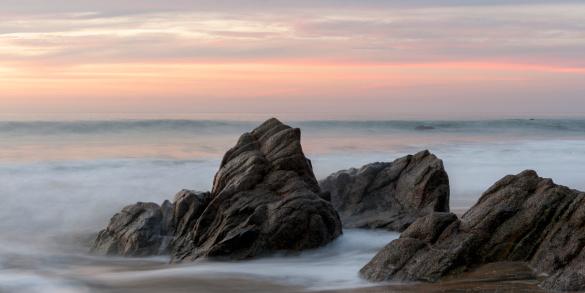Sayulita「Mist Surrounding Rocks In The Ocean At The Coast At Sunset」:スマホ壁紙(0)