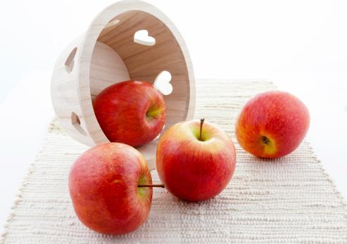 リンゴ「木製バスケットの中心、レッドアップル「菊」:スマホ壁紙(7)