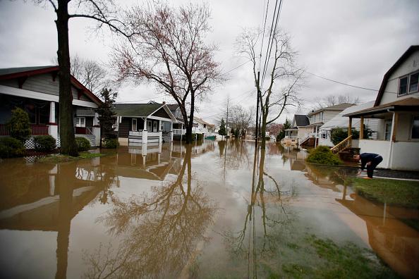 Michael Nagle「Noreaster Brings Record Rains, Floods To East Coast」:写真・画像(12)[壁紙.com]