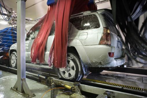 Spraying「SUV in car wash」:スマホ壁紙(1)