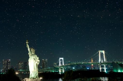 Minato Ward「Replica Statue of Liberty and the Rainbow Bridge by night. Minato Ward, Tokyo Prefecture, Japan」:スマホ壁紙(1)