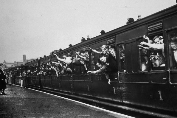 Train - Vehicle「Evacuees On A Train」:写真・画像(19)[壁紙.com]