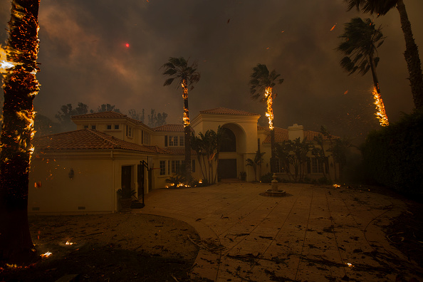California「Fast-Spreading Hill and Woolsey Fires Force Evacuations In California's Ventura County」:写真・画像(10)[壁紙.com]