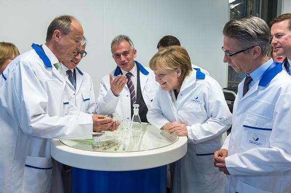Industrial Building「Chancellor Merkel Visits Sanofi Plant」:写真・画像(10)[壁紙.com]