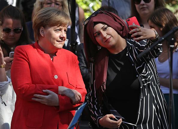 Europe「Merkel Visits Berlin Secondary School」:写真・画像(1)[壁紙.com]