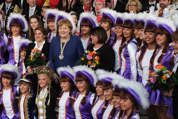 Sean Gallup「Angela Merkel Receives Carnival Pairs」:写真・画像(3)[壁紙.com]